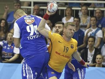 Gudjon Sigurdsson supera l'oposició de Gabor Ancsin durant el partit d'ahir a Hongria Foto:EFE