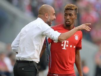 Guardiola dona indicacions a Koman. Foto:AFP
