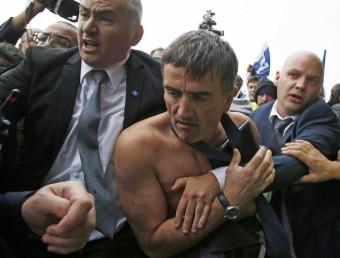El vicepresident de Recursos Humans d'Air France, Xavier Broseta, es evacuat del Charles de Gaulle després de perdre la camisa en les protestes dels treballadors Foto:J.N. / REUTERS