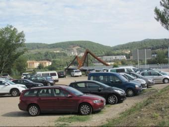 Alguns dels vehicles que ahir al matí van estacionar en la parcel·la que abans era zona d'obra del nou pont del Ter i ara s'usa com aparcament gratuït Foto:D.V