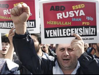 Protesta a Istanbul, Turquia, contra Putin per haver violat l'espai aeri Foto:SEDAT SUNA / EFE