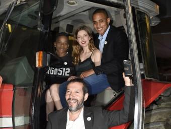 Protagonistes i director somrients a bord d'un tractor. Foto:SANTI IGLESIAS