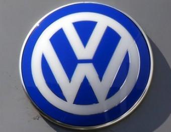 Efecte fotogràfic en un vidre que fa de mirall amb el logo de Volkswagen Foto:D. GRAY / REUTERS