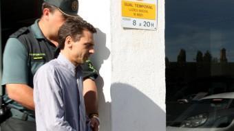 Un agent de la Guàrdia Civil s'emporta emmanillat l'home detingut en l'operació d'ahir a Lleida Foto:ACN
