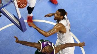 Trey Thompkins i Jamar Smith, en un rebot Foto:ACB
