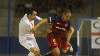 Fabián lluita una pilota amb Ferrão en el derbi català Foto:0RIOL DURAN