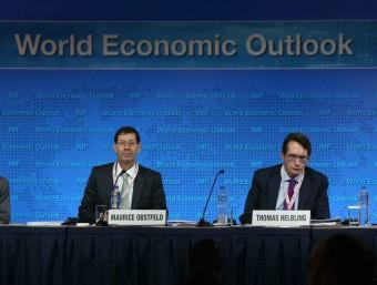 Gian María Milesi-Ferreti, subdirector del Departament d'Investigacions de l'FMI; Maurice Obstfeld, economista en cap de l'FMI; Thomas Helbling, cap de la Divisió d'Estudis Econòmics de l'FMI, i Angela Gaviria, moderadora de la mesa, a la roda de premsa d'aquest dimarts a Lima Foto:EFE