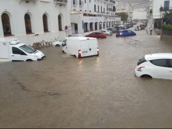 Cotxes atrapats a la riera de Cadaqués, aquest dimarts Foto:ACN / CDC CADAQUÉS