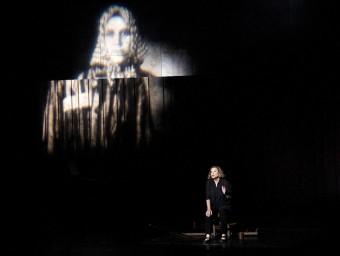 L'actriu Mercè Arànega en un moment de l'obra que reflecteix una imatge de Català amb l'uniforme que duia al camp de concentració Foto:J.LOSADA