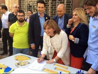 Isabel Bonig firmant el manifest. Foto:EL PUNT AVUI