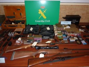 Els efectius de la Guàrdia Civil van intervenir més d'una vintena d'armes (entre pistoles, carabines i revòlvers), fins a 8.000 cartutxos, silenciadors i 3,3 quilos de pólvora. Foto:Ò. PINILLA