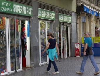 Una de les botigues de conveniència que hi ha al passeig de Joan de Borbó, al barri de la Barceloneta Foto:ALBERT SALAMÉ