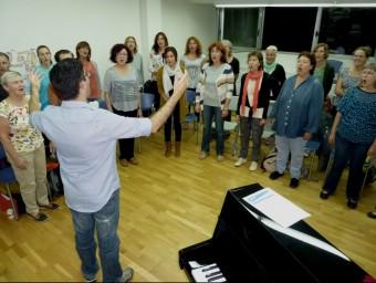 El primer assaig de la nova formació coral, que es va fer dimarts de la setmana passada a la nit, a l'escola de música. Foto:R. E