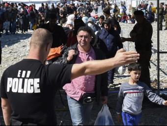 Un grup de refugiats siris reben instruccions d'un policia a la frontera amb Sèrbia.  Foto:ARXIU