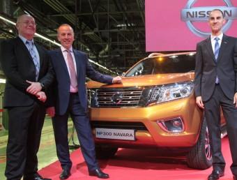Colin Lawther (esquerra), Paul Willcox i Frank Torres ahir a la planta de Nissan a la Zona Franca davant la nova Navara Foto:JUDIT FERNÁNDEZ