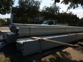Les planxes per a la nova coberta del pavelló, a punt per ser instal·lades. Foto:R. E