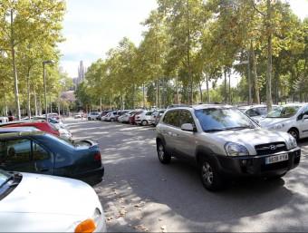Un vehicle busca aparcament ahir en el pàrquing de la Copa que ara es planteja que sigui de pagament tou Foto:QUIM PUIG