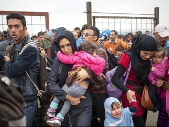 Un grup de refugiats sirians ahir a la frontera entre Grècia i Macedònia Foto:ROBERT ATANASOVSKI / AFP
