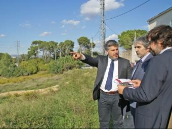 L'alcalde de Valls, amb el delegat del Govern i el secretari d'Infraestructures, ahir Foto:J.L.E