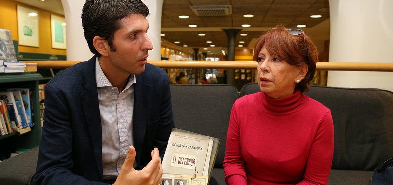 Imatge de Víctor Gay Zarazoga i Marilú Colubí, ahir, a la llibreria La Casa del Llibre de Barcelona.