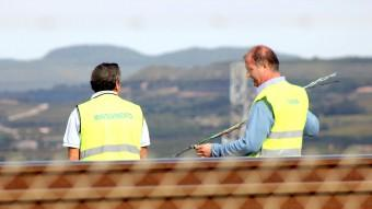 Dos operaris de manteniment reparen el cable de fibra òptica tallat Foto:J. M. FLORES