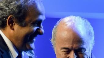 Michel Platini i Josep Blatter, somrients. Foto:AFP
