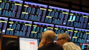 Dos inversors segueixen la sessió a la Borsa de Barcelona Foto:Q.PUIG / ARXIU