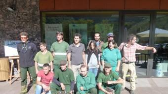 Els treballadors de la Fageda i els responsables del projecte, fotografiats al centre d'atenció de visitants de la cooperativa. Foto:J.C