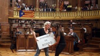 Els regidors de la CUP, Maria José Lecha i Maria Rovira, amb la placa de l'Avinguda de Borbó Foto:EFE