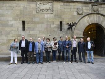 Les vuit entitats que han impulsat la plataforma van llegir ahir un manifest a davant de l'Ajuntament de Lleida Foto:SANTI IGLESIAS