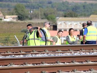Tècnics d'Adif i de la policia, al lloc on es va produir el suposat sabotatge a les línies de l'AVE, a Vilafranca del Penedès Foto:JOSEP MARIA FLORES