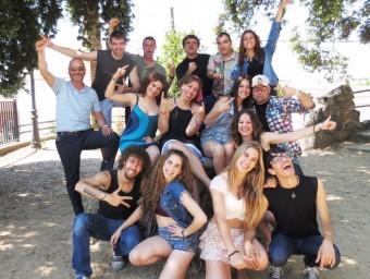 Imatge de família de la jove companyia de Canet A Kop de Kap que avui estrena 'A cop de Rock' Foto:A KOP DE KAP
