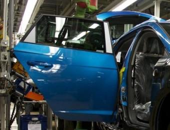 Un operari treballa en una cadena de muntatge de la planta de Seat a Martorell Foto:EUROPA PRESS