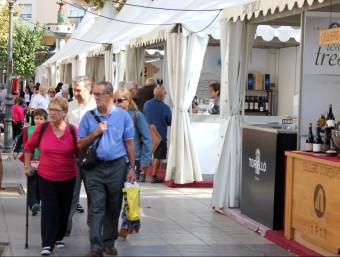 A dalt, gent passejant ahir al matí per la zona dels estands de vins i gastronomia.  Foto:J.M.F