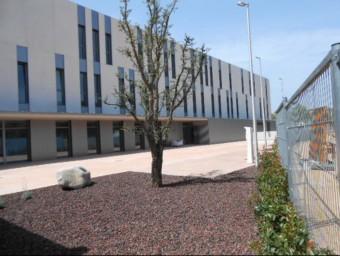 Una vista de la façana nord de l'edifici, que es troba situat a l'avinguda de les Alegries.  Foto:EL PUNT AVUI