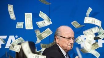 Blatter, envoltat de bitllets llançatrs irònicament per un còmic a Zuric en una roda de premsa Foto:EFE