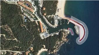 El projecte d'ampliació de la bocana del Port d'Aro, superposat a l'únic espigó ara existent Foto:EL PUNT AVUI