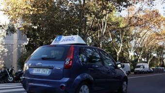 Un cotxe d'autoescola pels carrers de Barcelona Foto:ACN