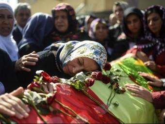 Una dona plora la mort d'un familiar mort en l'atemptat de dissabte a Ankara, durant la cerimònia dels funerals, ahir a Istanbul Foto:BULENT KILIC/AFP