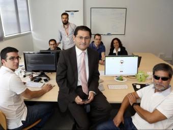 Faustino Cuadrado, al centre, i Jordi Roig, a la dreta, amb la resta de l'equip de Mass Factory.  Foto:QUIM PUIG