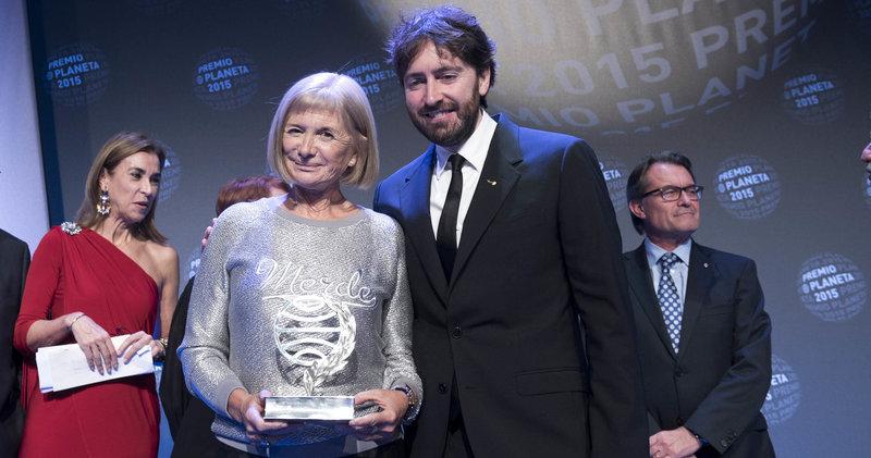 Imatge de la guanyadora del premi Planeta 2015, Alícia Giménez Bartlett, i el finalista Daniel Sánchez Arévalo, ahir a l'acte de lliurament dels premis.