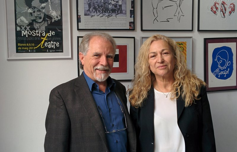 Imatge de la guanyadora Núria Borrut i l'editor, Jordi Albertí, ahir.
