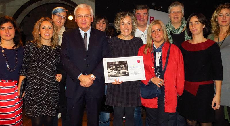 Imatge de la directora de la biblioteca, Gemma Ciuró, que sosté el premi, envoltada per part del seu equip, al costat de Mascarell.