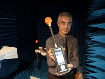 Ernest Cid mostra una de les sondes a l'interior de la cambra anecoica que té Wavecontrol.  Foto:ANDREU PUIG