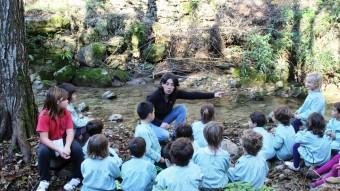 Una de les tècniques del molí de la Moixina donant explicacions als alumnes sobre el programa de recuperació de crancs de riu. Foto:EL PUNTAVUI