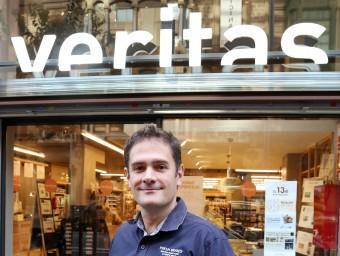 Silvio Elías, a la porta d 'una botiga de Barcelona.  Foto:ANDREU PUIG