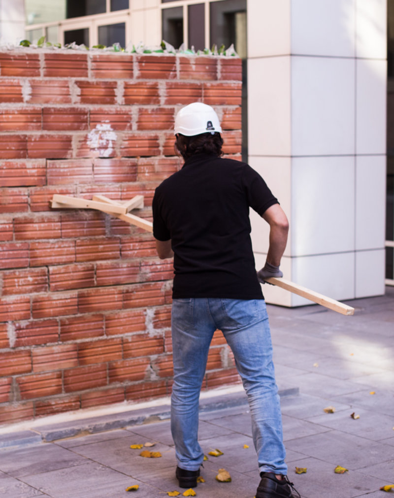Imatge d'Ahmad Jalali en l'acció artística 'La fissura al Mur' ahir al matí al MACBAPEN CaTALÀ.