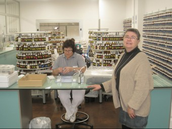 Maria Codina, a la dreta, als laboratoris de Ravetllat Aromatics  Foto:ARXIU