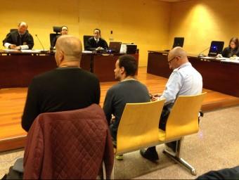 L'acusat situat al mig durant el judici, celebrat el 12 de novembre, amb l'intèrpret a la seva esquerre Foto:G. PLADEVEYA
