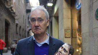 L'actor britànic fotografiat amb una rèplica del personatge.  Foto:TV3